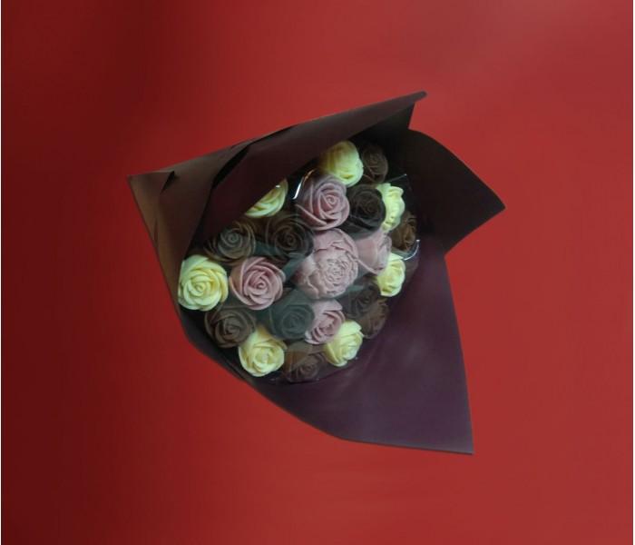 Букет из 22 шоколадных роз и 1 пион в центре