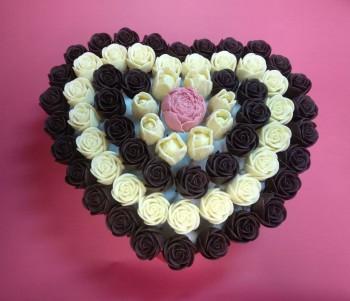 Шоколадные цветы в коробке-сердце